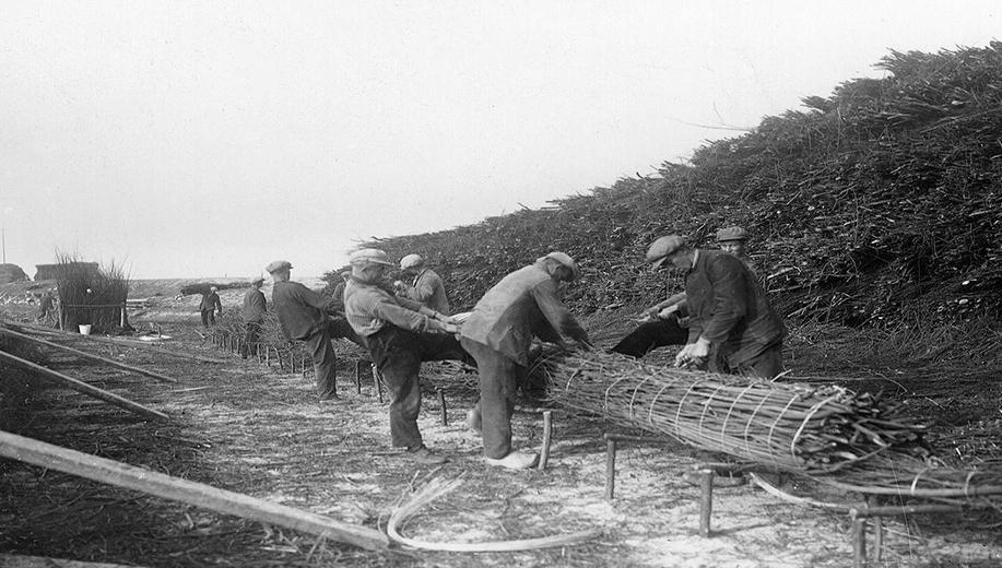 1-1928-arbeiders-maken-een-wiep-voor-een-zinkstuk