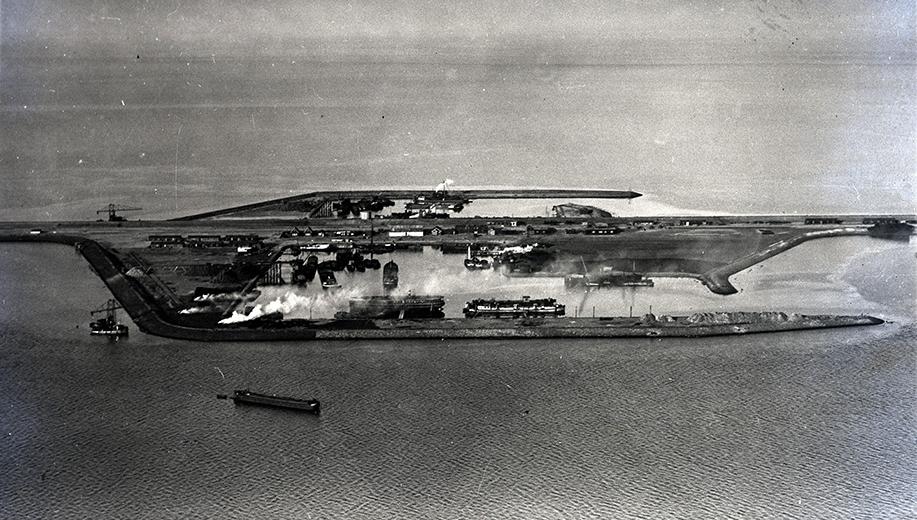 10-1931-werk-in-uitvoering-in-de-haven-van-Breezanddijk