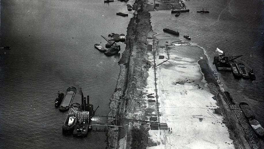 De-Afsluitdijk-vlak-na-de-sluiting_1932
