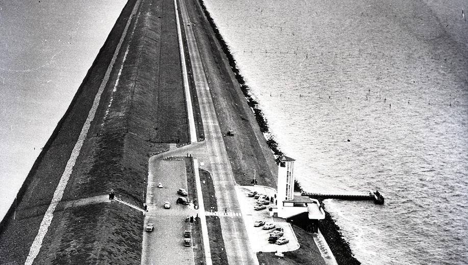 18-1955-het-Monument-bij-sluitgat-De-Vlieter