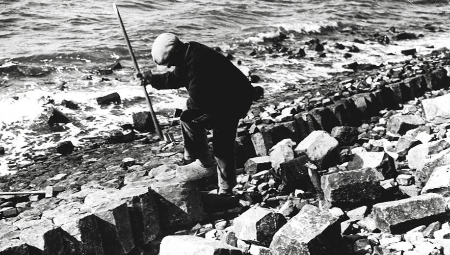 8-1929-het-plaatsen-van-basaltzuilen