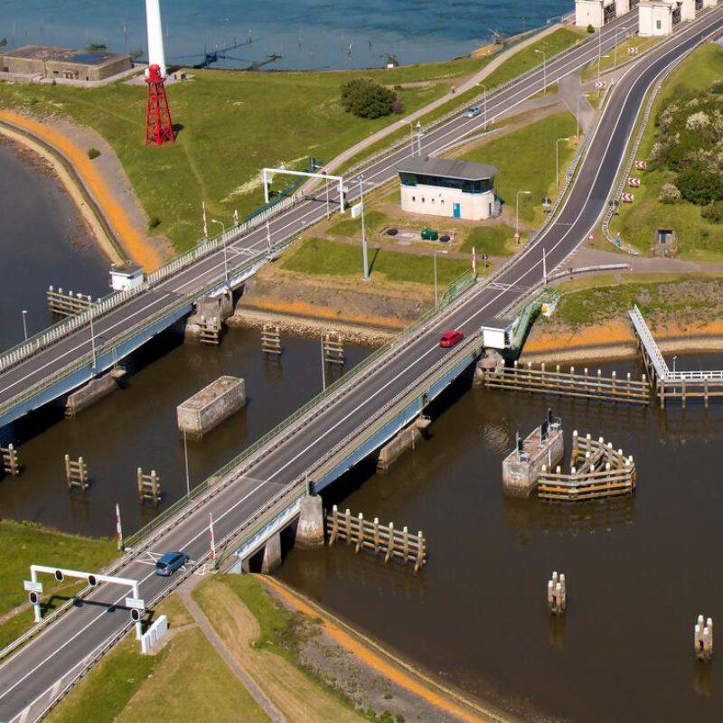 current bridges at Den Oever